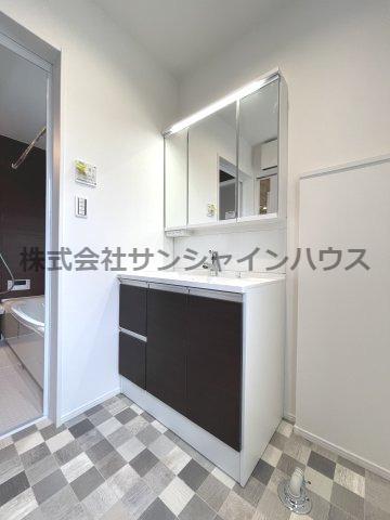 窓付きの明るい洗面所、3面鏡は開閉が出来、収納スペースとなっております!