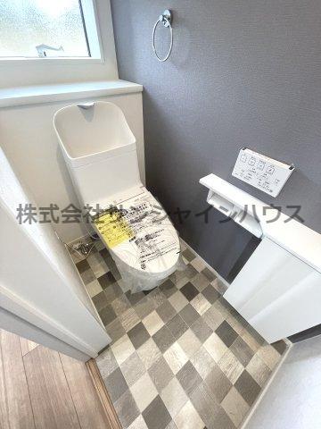 小窓があって空気の入れ替え可能なウォシュレット機能付きの清潔感あるおトイレ! 白基調のクロスとモノクロパッチ柄の床がおしゃれな仕上がり!