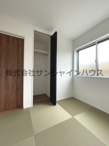 和室4.5帖の収納スペースは、天井までたっぷり収納可能(枕棚+パイプハンガー付き)