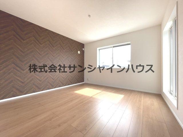 主寝室は広々8帖、アクセントクロスと茶系のフローリングのコントラストがお洒落な仕上がりです。 2面採光でお部屋全体もとても明るく感じられます。