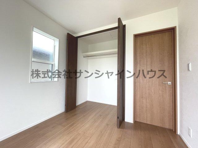 洋室6帖の収納スペースは、天井までたっぷり収納可能なクローゼットです(枕棚+パイプハンガー付き)