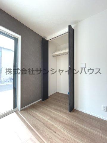 1階リビング収納。天井までたっぷり収納可能なクローゼット(枕棚+パイプハンガー付き)