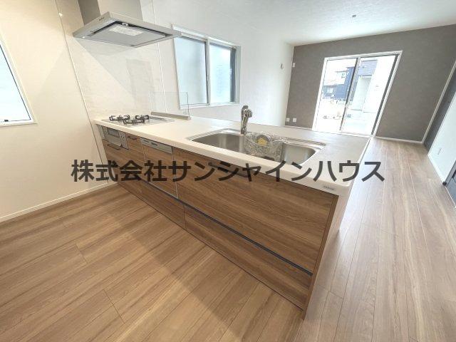 収納スペース・作業スペースが広いシステムキッチン、対面キッチンでリビングを隅々まで見渡せます!床暖房付き!