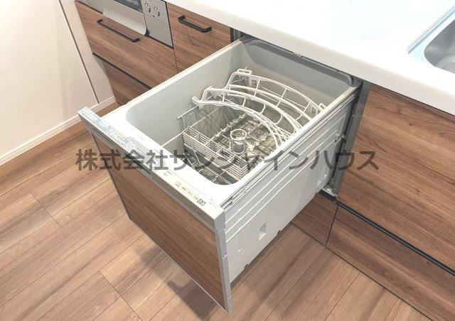 ★充実設備住宅★「ビルトインタイプ食器洗乾燥機」通常の手洗いでは使用出来ないほど高温のお湯や高圧水流を使うことにより汚れを効果的に落とすことができます。