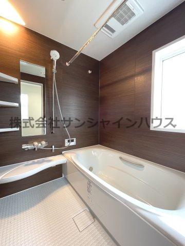 窓付きの明るい浴室のバスルーム、浴室乾燥機付き!