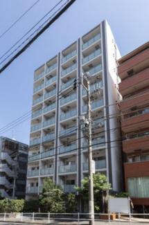 2014年10月に竣工した10階建てマンションです。付近には戸建て住宅や低層マンションが建ち並び、住