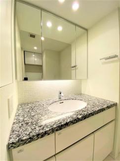大理石トップの洗面台