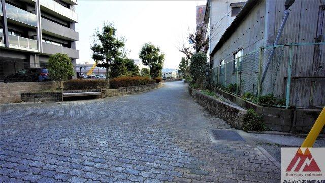 北側に遊歩道があります。三本松通りにも櫛原バイパス通りにもつながってます。
