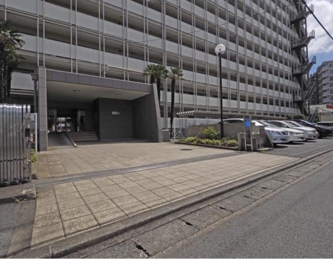 ゆとりのあるエントランス~歩道が整備されている幅広い中山道沿いのマンション