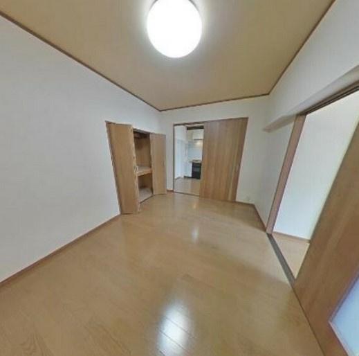 中央の洋室約6帖~収納スペース付き