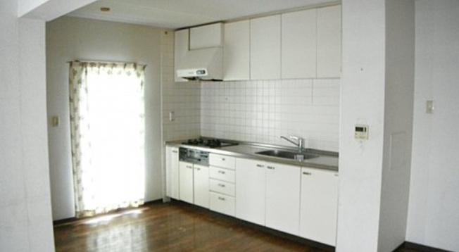 2LDK側の窓の有る明るいキッチン~DK約8帖