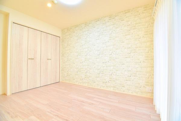 明るい洋室には、クローゼットもあるので収納にも困りません! 荷物が多いい方にも安心です。