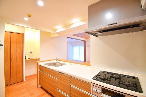 対面式のキッチンはお料理中でも家族とのお話も弾みます。 お天気の良い日は電気をつけなくても明るい設備充実のキッチン!