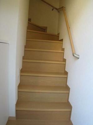 玄関入ってすぐの階段です。
