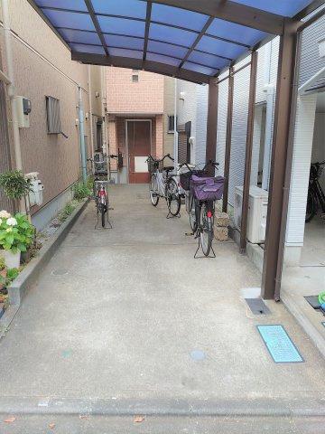 カーポート付駐車スペース お車も自転車も雨にぬれずらく嬉しい仕様です