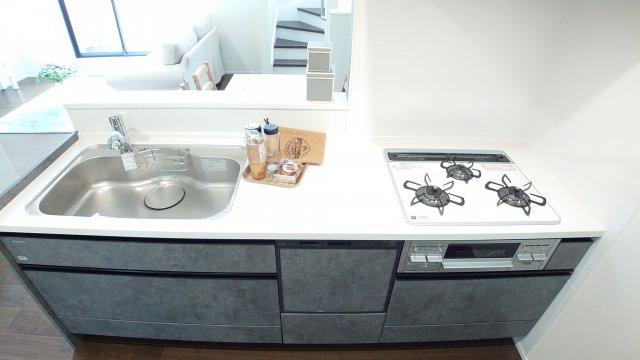 人気の対面式キッチンには食洗機を標準装備です(D号棟)