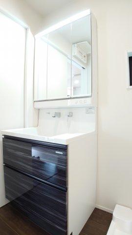 使い勝手の良い三面鏡仕様の洗面台(D号棟)