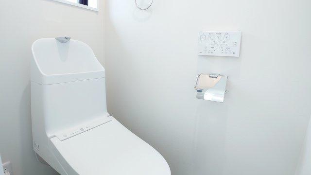 トイレは2ヶ所設置、換気用小窓もあり、明るく清潔な空間です(D号棟)