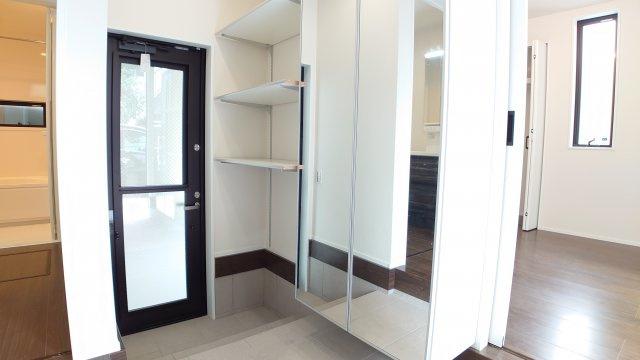 家の顔でもある玄関はゆとりある空間  ビルトインガレージから直接出入りも出来て便利です(D号棟)