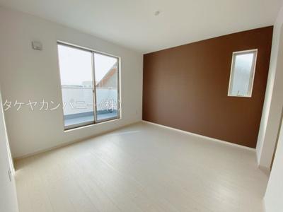 (同仕様写真)しっかりと採光があり明るい居室の主寝室は7.5帖。2階居室は他に3室。シンプルでコーディネートしやすい居室です。全室2面採光
