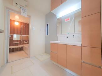 シンプルでアレンジもしやすい洗面ルーム。同社仕様。