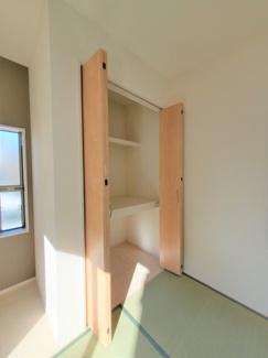 この様なちょっとした収納スペースがあると嬉しいですね(^^)同社仕様。