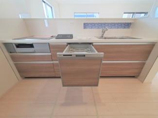 広くて使いやすいキッチン。グリル・食器洗い乾燥機・浄水器も完備。同社仕様。