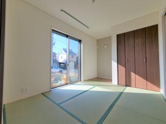 リビング横の和室は、お子様のお昼寝や遊び場としても活躍しそう(^^)同社仕様。