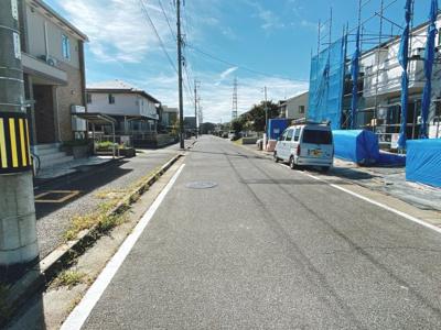 2号棟~4号棟は南側約8.9mの公道に接面。東側約8.9mの公道に接面。