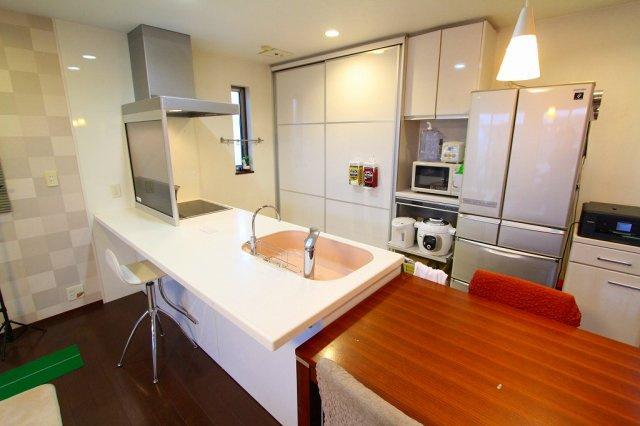 収納豊富なシステムキッチンで日々の料理もはかどります:三郷新築ナビで検索♪