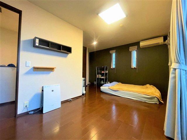 収納も付いた明るいトイレ!こだわりの引き戸タイプの扉です:三郷新築ナビで検索♪