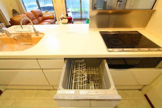 明るいキッチンはリビングを見渡せる位置に:三郷新築ナビで検索♪