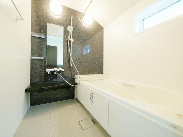 落ち着いた色合いの浴室 一坪タイプの浴室なので足を伸ばしてゆっくりとバスタイムを楽しめます 浴室換気乾燥機が標準装備です