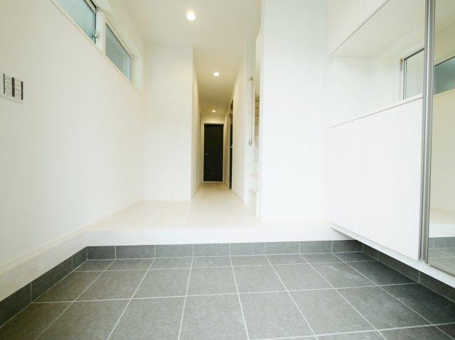 家の顔でもある玄関はホールを設けゆとりある空間を演出しています