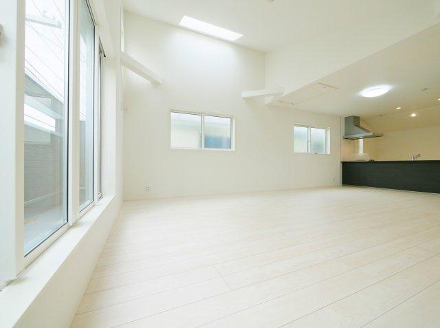家族の集うLDKは22.25帖のゆとりあるスペースです 勾配天井+多面開口の開放感あふれる空間です