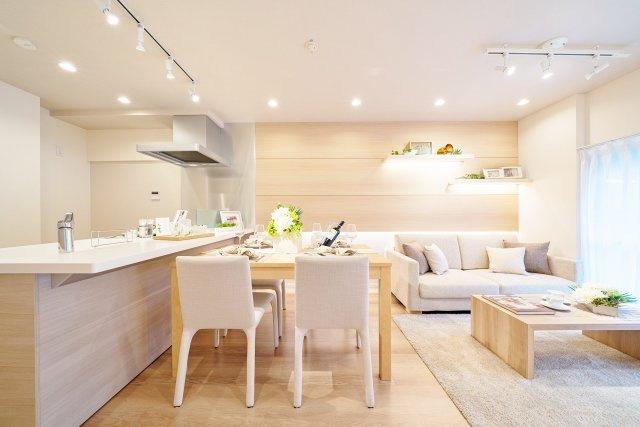 お部屋が見渡せる対面式システムキッチンを採用 リビング部分には新生活に嬉しいエアコン一基新設