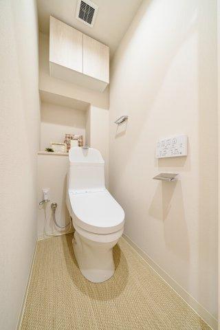 ウォシュレット一体型トイレも新規交換につき快適にお使いいただけます 使い勝手の良いカウンターと吊戸棚を設けています