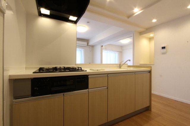 収納スペース豊富なシステムキッチン。増えがちなキッチン用品、食器などもスッキリ片付きそう◎3口コンロでお料理もはかどりそうですね!