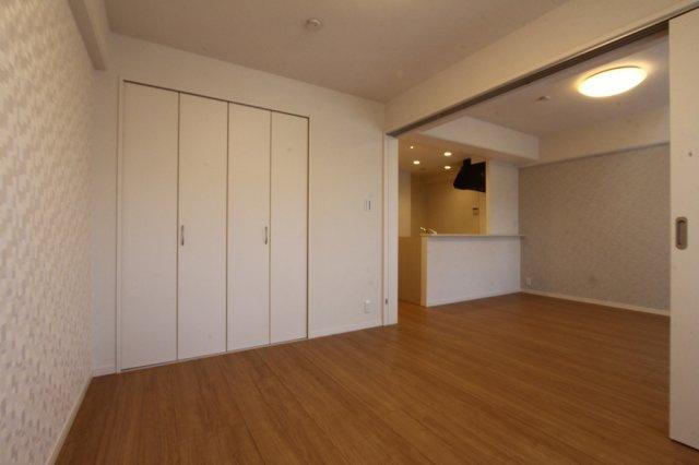 LDK横にはリビングと一体利用もしやすい5.5帖の洋室があります。リビングとの仕切りを開放すると16.1帖の広々とした空間に。各室クローゼット完備で収納豊富になっています◎