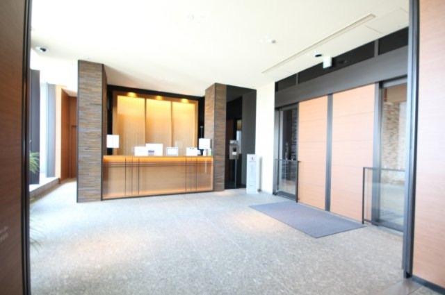 7階にマンションのエントランスちとなる玄関があります。