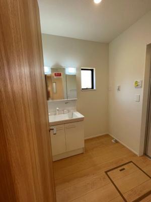 【前面道路含む現地写真】加須市久下3丁目 新築一戸建て 1/2