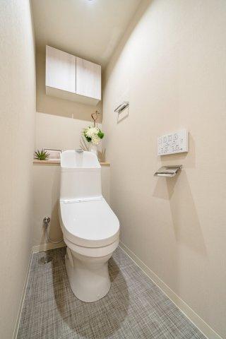 ウォシュレット一体型トイレも新規交換につき快適にお使いいただけます 使い勝手の良いカウンター、吊戸棚を設置