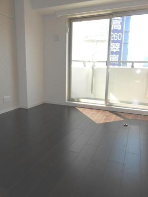 「シックな色合いの床材を仕様した居住空間」