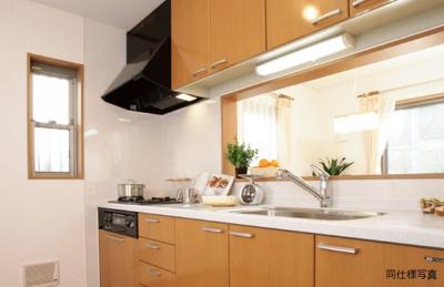 効率的かつ暮同仕様建物のキッチン。カラーは異なることがございます。