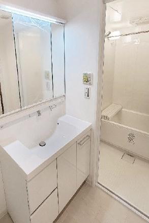 独立洗面台あり、毎朝おしゃれに忙しい女性の方におすすめです ゆったり使える幅のある、洗面化粧台を設置しました。角度をつけて使える三面鏡がついています。