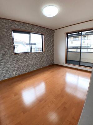 2階南西側約6帖の洋室の写真です♪ バルコニーもございますよ♪ アクセントクロスもおしゃれですね♪