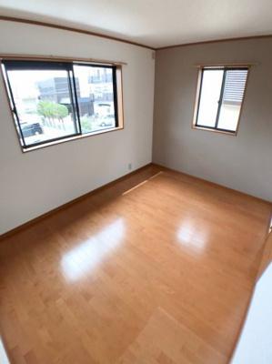 2階北西側約6帖の洋室の写真です♪