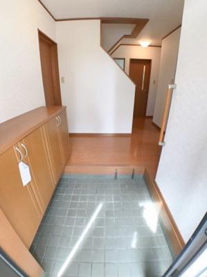玄関の写真です♪ 玄関左手にシューズボックスございます♪ スペースもかなり広くとってありますね♪