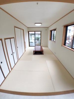 1階約9帖の和室の写真です♪ 掘りごたつもございますので冬などには大活躍ですね♪