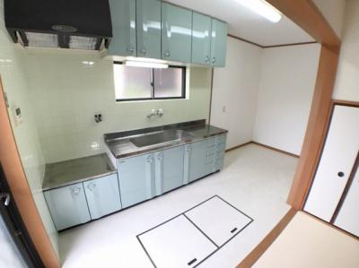 キッチン全体の写真です♪ 床下収納もございますよ♪